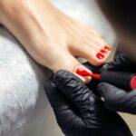 rot lackierte Fußnägel