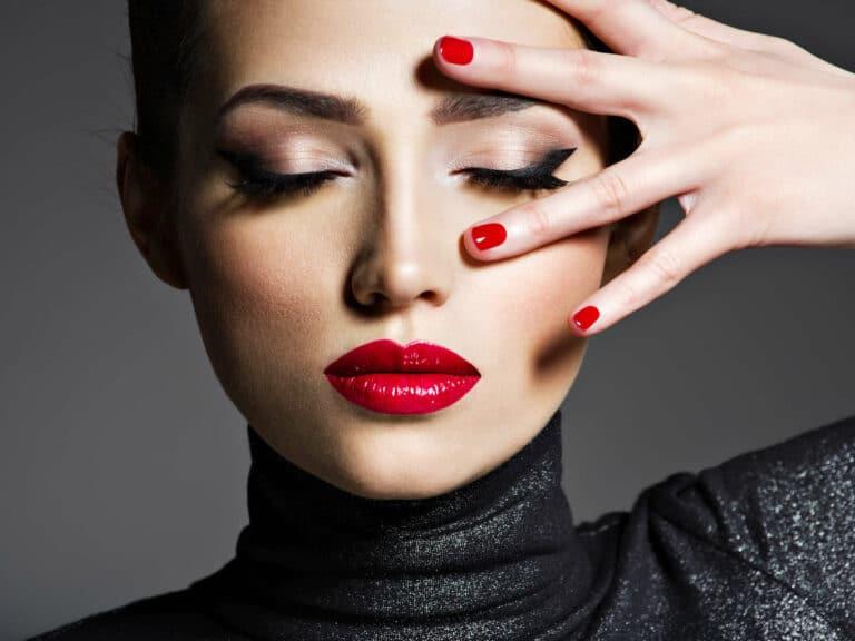 Frau rote Fingernägel