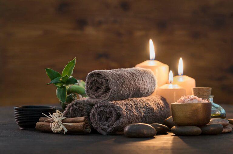 Handtücher und Kerzen grau